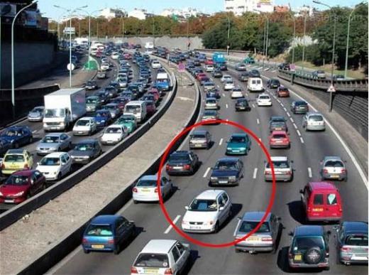 Bức ảnh cho thấy giao thông tắc nghẽn ở ngoại ô Paris. Ai đó đã photoshop một số chiếc xe đi ngược trên đường cao tốc.