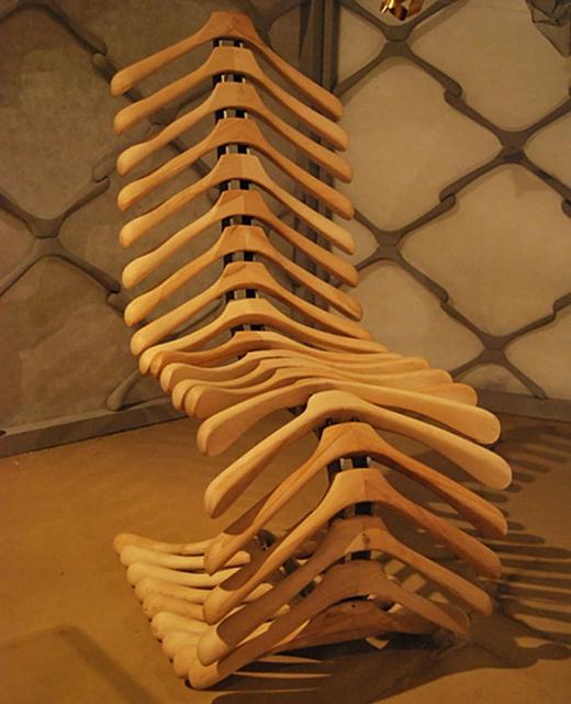 Đây là một cái ghế. Và chúng được làm bằng hàng chục móc áo ráp lại. Vấn đề lo ngại duy nhất, là không biết nó có gây đau lưng không nhỉ?
