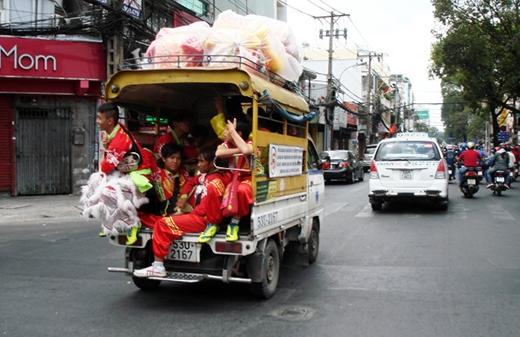 Hầu như không biển hiệu, sinh hoạt trong các phường xã, những ngày tết các đội lân thôn xóm, phường xã này chạy vòng vòng các đường phố, hẻm hóc để múa lân theo yêu cầu chủ nhà, chủ tiệm nào đó khai trương lấy hên đầu năm với giá bình dân. Đường phố nào ở Sài Gòn ngày tết cũng vang tiếng trống lân rộn rã - Ảnh: M.C