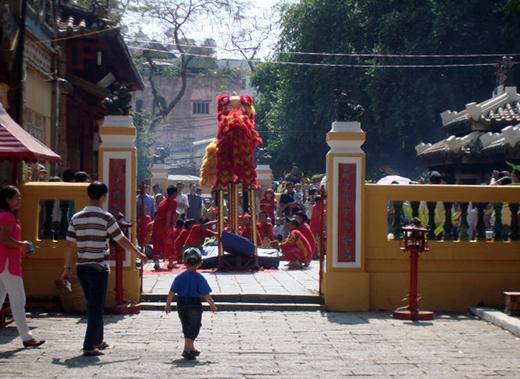 Đi lễ Lăng Ông Bà Chiểu là sinh hoạt không thể thiếu của nhiều cư dân Sài Gòn. Đi để cầu phước lộc, phóng sanh và cũng để lòng rộn rã theo tiếng trống lân ngày tết - Ảnh: M.C