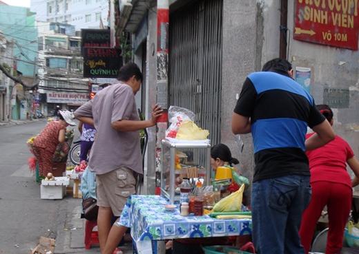 Tết nhứt vô số người Sài Gòn vẫn tỉnh bơ diện tà loỏn ra đường. Trong ảnh, người đàn ông chơi tà loỏn vừa kêu tô hủ tíu vỉa hè trên đường Nguyễn Trọng Tuyển vừa vui vẻ nói bà chủ quán: 'Sài Gòn bữa nào cũng vầy thì ngon quá' - Ảnh: M.C