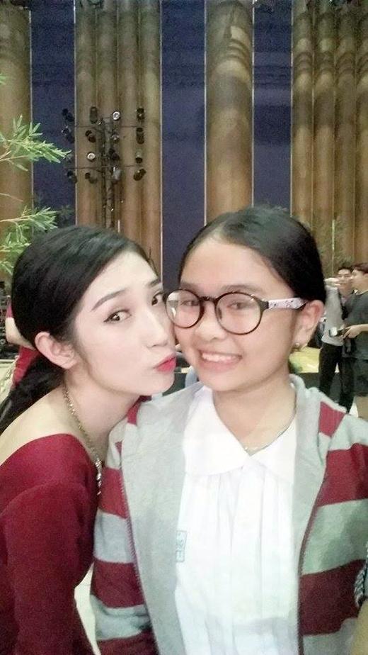 Thiện Nhân The Voice Kids chụp ảnh thân thiết với Khổng Tú Quỳnh. Cô bé được các anh chị fan khen khả năng chụp tự sướng ngày càng tiến bộ.