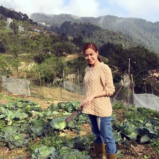 Hoàng Thùy Linh bất ngờ trở thành cô nông dân giản dị phụ gia đình thu hoạch rau cải ngày Tết. Thoát ra khỏi những bộ cánh sành điệu, thời trang thường ngày, Hoàng Thùy Linh vẫn vô cùng xinh đẹp với quần jean và áo len cho ngày đông.