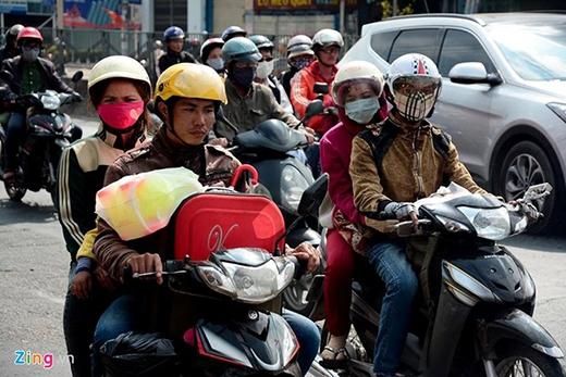 Theo phóng viên Minh Thanh, tình hình giao thông trên quốc lộ 1A, hướng từ miền tây về TP HCM, đoạn qua huyện Bình Chánh cũng bắt đầu đông dần. Người dân các tỉnh gần TP HCM đi xe máy, còn người ở các tỉnh xa đi xe khách.