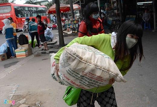 Thu Thảo và bạn đã mang theo cả bao tải đồ ăn, trái cây từ Đắk Nông xuống Sài Gòn. Thảo cho biết, giao thông khá thuận lợi, không bị ùn tắc. Ảnh: Lê Quân.