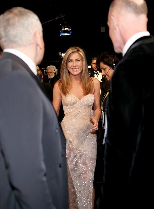 Jennifer Aniston vẫn cực kì rạng rỡ và xinh đẹp ở phía sau hậu trường của buổi lễ