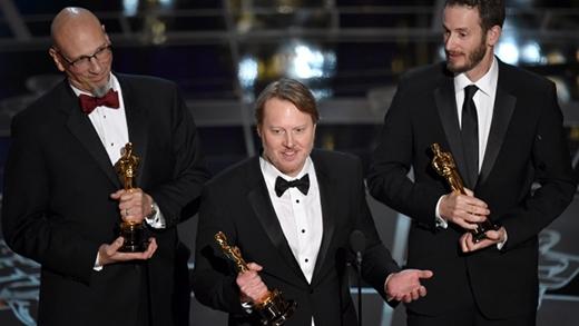 Từ trái sang, Roy conli, Don Hall, Chris Williams lên nhận giải thưởng cao quý cho bộ phim hoạt hình xuất sắc nhất, Big hero 6