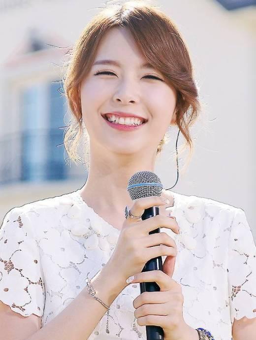 """Hyemi (Nine Muses) khiến các fan """"lạc lối"""" trong đôi mắt cười của mình cùng nụ cười xinh tươi che lấp cả khuyết điểm răng xấu."""