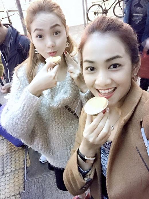 Trong chuyến du lịch ở Hong Kong của mình, Minh Hằng bất ngờ đăng tải nhiều ảnh thân thiết với Miss Ngôi Sao 2014 Châu Diệu Minh. Hóa ra đây là bạn gái của em trai Minh Hằng, Diệu Minh đã cùng với gia đình của Bé Heo có một chuyến du lịch thú vị ở Hong Kong.