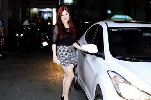 Chiếc xe màu trắng có giá gần 1 tỷ đồng. Hương Tràm cho biết, cô sắm ô tô một năm trước để thuận tiện hơn cho việc di chuyển. - Tin sao Viet - Tin tuc sao Viet - Scandal sao Viet - Tin tuc cua Sao - Tin cua Sao