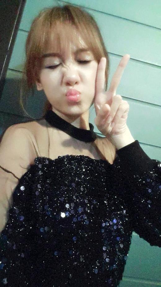 Hari Won vô cùng nhí nhố post ảnh xì-tin rủ rê các fan đi Đầm Sen xem cô nàng biểu diễn.