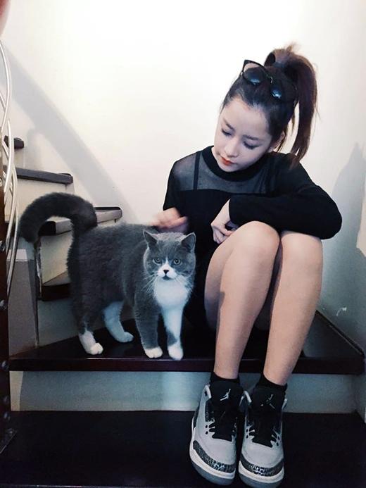 Chi Pu buồn bã, chia tay lưu luyến với em mèo nhà mình. Khoảng thời gian đón Tết với gia đình đã hết, Chi Pu phải vội vàng chia tay Hà Nội để vào Sài Gòn tiếp tục tập luyện cho Bước nhảy hoàn vũ 2015. Phải xa 'đứa con' - cách xưng hô với bé mèo của mình, Chi Pu tỏ ra khá quyến luyến.