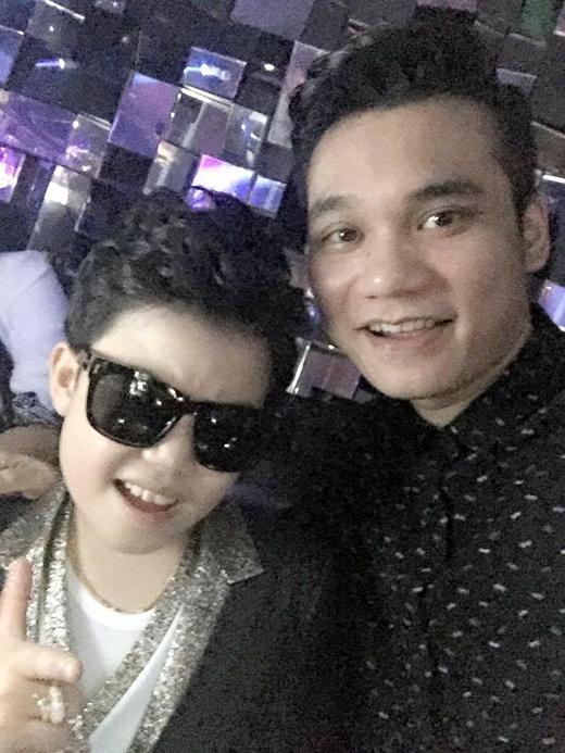 Khắc Việt tỏ ra hào hứng hi được đón cháu của mình từ Hàn Quốc trở về. Nhiều fan hâm mộ của anh chàng khá bất ngờ vì đứa cháu mà Khắc Việt chia sẻ chính là cậu bé Psy nhí tài năng ở Hàn Quốc và rất được yêu thích tại Việt Nam.