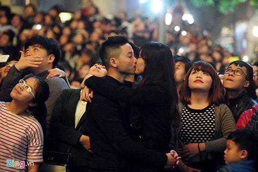 """Nụ hôn đẹp của các bạn trẻ ngay thời khắc bắn pháo hoa, chào đón một năm mới tuy là một hình ảnh quen thuộc, thế nhưng, sự ngọt ngào, ấm áp đầy tình cảm đó vẫn đủ sức mạnh khiến bất kì ai chứng kiến cũng bị """"tan chảy"""". Ảnh: Zing.vn"""