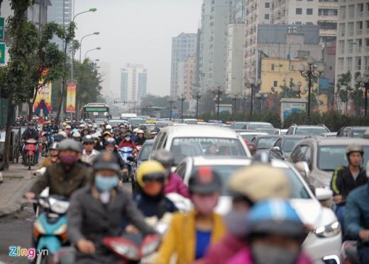 Giao thông ùn tắc kéo dài từ ngã tư Lê Văn Lương - Hoàng Minh Giám tới chân cầu vượt Láng Hạ.