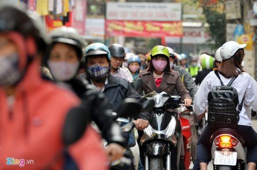 Người đi xe máy đến công sở phải tìm lối đi vào ngõ nhỏ thoát khỏi khu vực này cũng bị tắc phải di chuyển chậm.