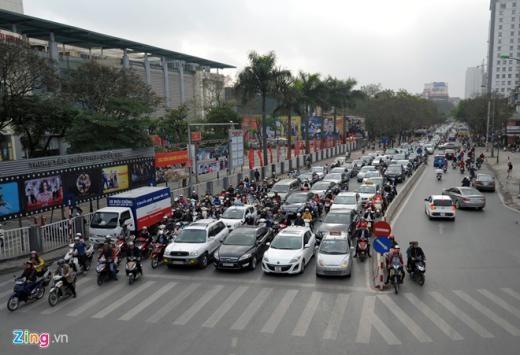 Phố Thái Hà lúc 8h20 giao thông vẫn khá đông đúc, nhiều xe máy cố tình đi sang làn ngược chiều.
