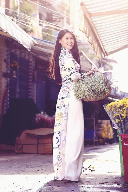 Nữ diễn viên tươi tắn dưới ánh nắng của Sài Gòn.