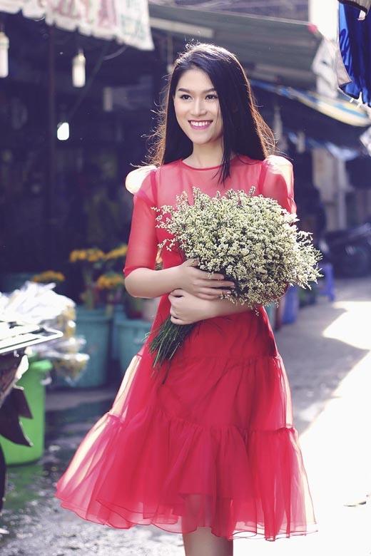 Bộ váy màu đỏ nổi bật tràn ngập không khí của mùa xuân.