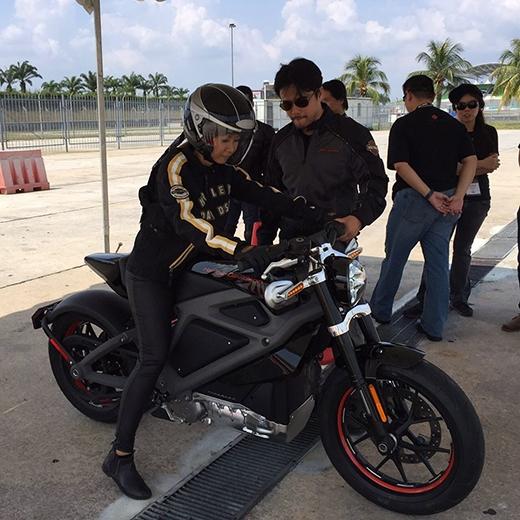 Suboi vừa khoe những hình ảnh 'cực chất' khi thử nghiệm một chiếc mô tô mới. Trông nữ rapper như một tay đua 'thứ thiệt' khiến các fan phải trầm trồ thán phục.