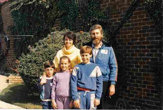 Hình ảnh của Martin Pistorius lúc nhỏ cùng gia đình.