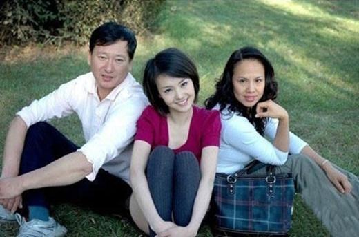 Trịnh Sảng ngày xưa ấy chụp với bố mẹ, có vẻ đẹp tinh khôi