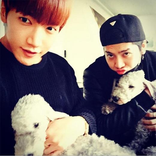 Jun.K và Jackson 'đọ sắc' của thú cưng