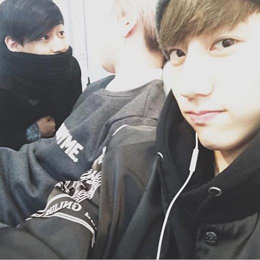 Mark 'bắt trộm' khoảnh khắc của Bam Bam và Yugyeom