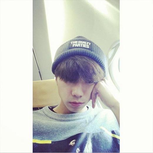 Wooyoung uể oải vào sáng sớm, anh đang ngồi trên máy bay và đăng tải hình ảnh buồn ngủ: 'Bay đi, bay đi nào máy bay... Tôi mệt quá nhưng mà chào buổi sáng nha'.