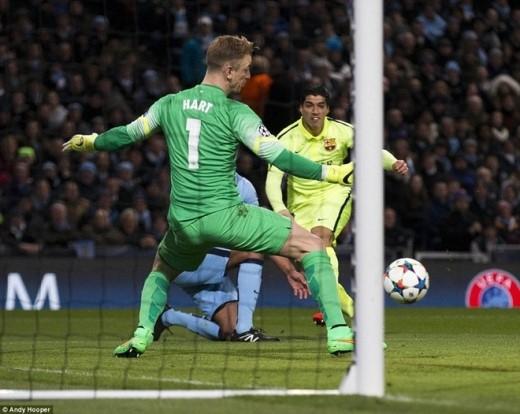 Phút 16, Luis Suarez tung người đánh đầu sau đường chuyền bên cánh phải nhưng không thành công. Tuy vậy, ở tình huống dứt điểm tiếp theo, trung phong người Uruguay không cho thủ thành Joe Hart cơ hội cản phá.