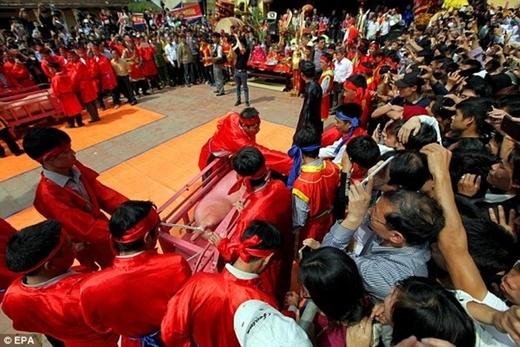 Lễ hội thu hút nhiều sự tham dự của người dân làng.