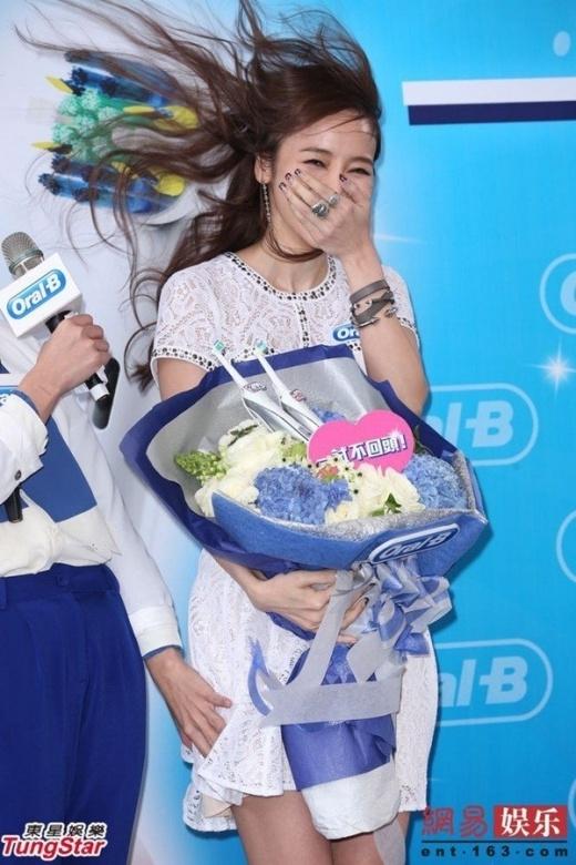 Diện chiếc váy trắng tinh khôi, tình cũ của Châu Kiệt Luân - Hầu Bội Sâm không khỏi lúng túng trong sự kiện tại Đài Loan. Vì gió lớn, cô luôn phải dùng tay giữ váy, tuy nhiên sự cố vẫn xảy ra khiến MC xinh đẹp chỉ biết che miệng cười trừ.