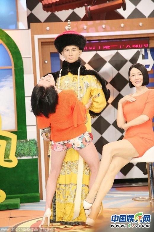 Tiểu S khi có mặt trong show Khang Hy đến rồi gần đây đã có hành động vô duyên. MC Đài Loan không chỉ đụng chạm mà còn có cử chỉ nhạy cảm với tượng sáp Ngô Kỳ Long. Hành động này của cô bị đánh giá như một 'dâm phụ' thời hiện đại. Nhiều người cho rằng, sau này, khi nhìn lại Tiểu S nhất định xấu hổ.