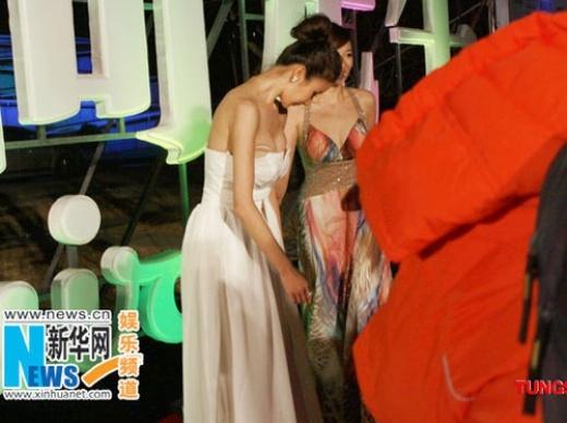 MC vô tình giẫm lên vạt váy trong khi Tôn Phi Phi đang bước đi, kéo tụt chiếc váy của người đẹp xuống khiến cô lộ cả phụ kiện. Tuy nhiên, tai nạn này sau đó bị cho là cảnh 'dàn dựng' vì Tôn Phi Phi quá bình tĩnh, cũng không có bất kỳ hành động nào vội vàng che ngực.