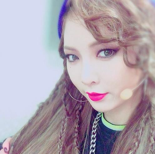 Hyunacực quyến rũ trong phòng chờ chương trình âm nhạc chuẩn bị cho màn trình diễn cùng4Minute.