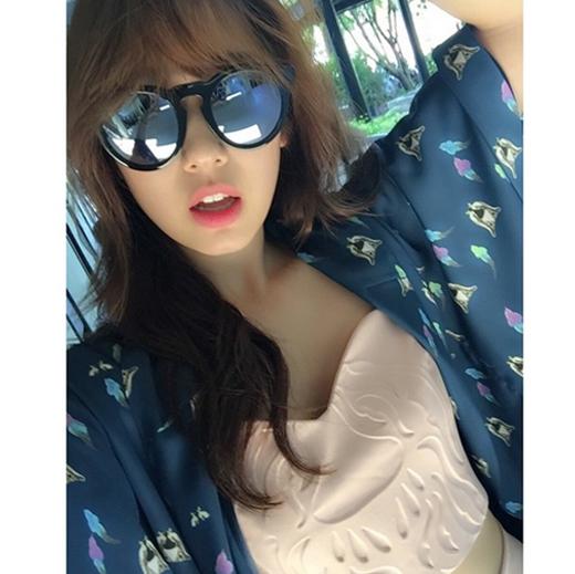 """Mặc trời nắng nóng,Park Shin Hyeđáng yêu khoe ảnh trong khi chụp hình cho tạp chí Ceci: """"#Thái Lan #KohChang""""."""