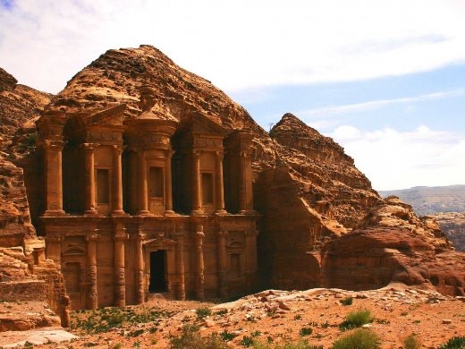 Khám phá thành phố cổ ẩn mình trong núi đá ở Jordan