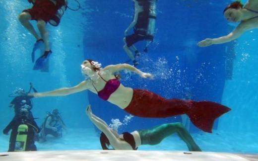 Marielle Chartier, người thành lập trường đào tạo nàng tiên cá AquaMermaid ở Montreal, Canada, hướng dẫn các học viên hồi cuối tuần qua. Bà chủ 24 tuổi này là vận động viên lặn kiêm người mẫu. Cách đây một năm, cô chụp bộ ảnh nàng tiên cá và cảm thấy rất thích thú khi lặn dưới nước cùng bộ trang phục có đuôi. Vì vậy, cô mở trường đào tạo tại Montreal.