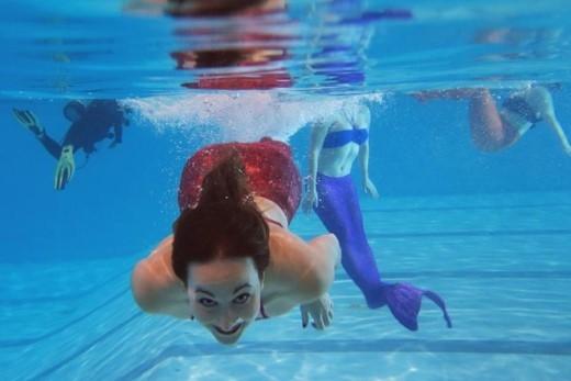 """Chương trình học bắt đầu bằng kỹ năng bơi đơn giản và mức độ khó tăng dần. """"Bạn sẽ cảm thấy không còn là chính mình nữa mà là nàng tiên cá"""", Henault chia sẻ."""