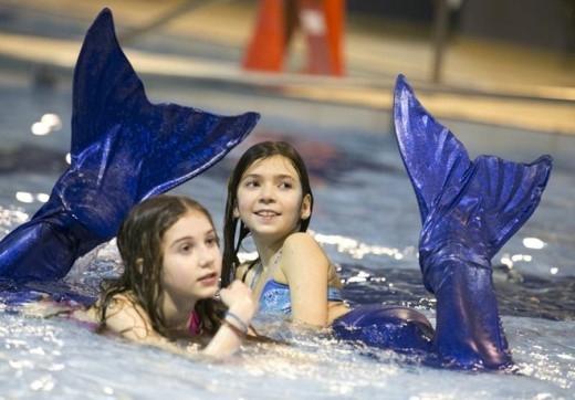 Nhiều bé gái thích thú với chương trình đào tạo nàng tiên cá của Henault.