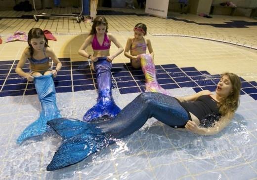 Henault chia sẻ, ban đầu học viên sẽ khó di chuyển nhưng chỉ sau vài giờ, họ sẽ thấy dễ dàng bơi cùng chiếc đuôi.