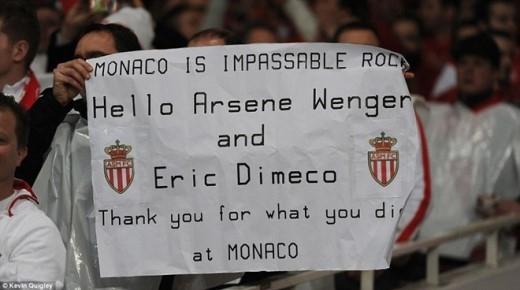 Người hâm mộ Monaco gửi lời chào và cảm ơn tới HLV Arsene Wenger và cựu hậu vệ Eric Dimeco, những người từng đem lại vinh quang cho AS Monaco. Trong quá khứ, Giáo sư từng có 7 năm dẫn dắt Monaco (1987-1994), giúp đội bóng Công quốc 1 lần vô địch Ligue 1 và 1 lần lên ngôi tại Cúp QG Pháp.