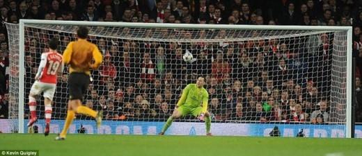 Thủ thành Ospina có phần bị che mắt nên anh đứng yên nhìn bóng bay vào lưới mà không đưa ra bất kỳ phản kháng nào.