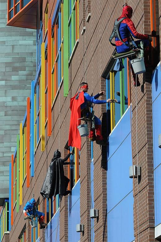 Những người công nhân ở Memphis đã hóa trang thành những nhân vật anh hùng để khích lệ tinh thần cho những bệnh nhân nhí ở Le Bonhuer.
