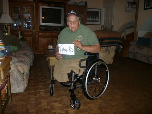 Người đàn ông tật nguyền này đã bị hư xe lăn của mình ở một trung tâm thương mại, và các nhân viên ở đó đã giúp ông sửa chữa nó nguyên vẹn.
