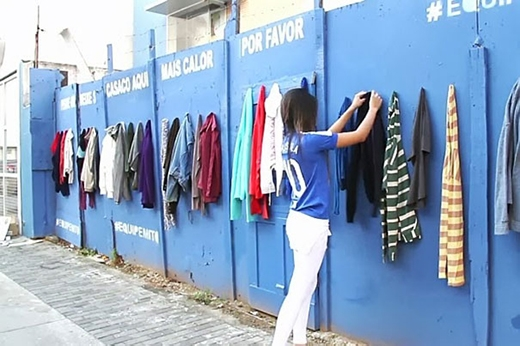 Đây là bức tường treo quần áo được quyên góp dành cho những người vô gia cư. Họ có thể thoải mái sử dụng chúng.