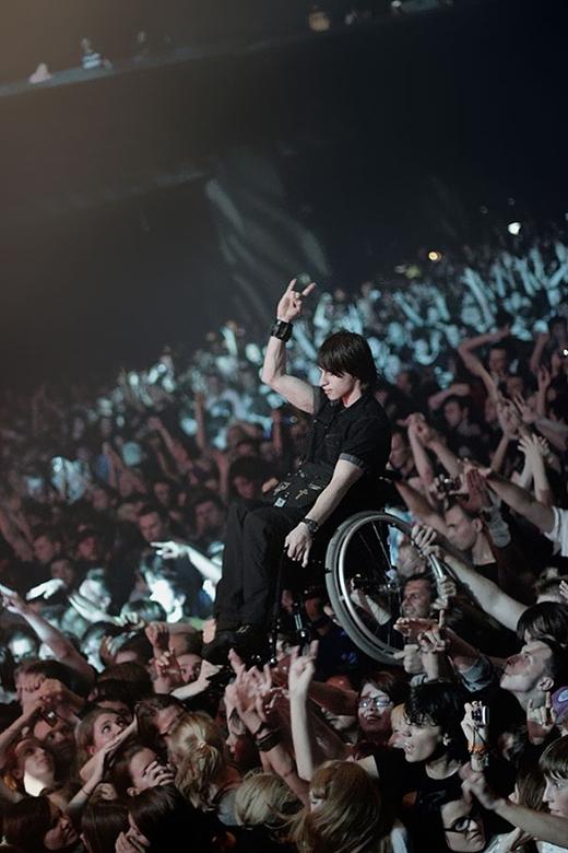 Đám đông fan hâm mộ đã cùng nhau giúp cho một chàng trai tật nguyền được thưởng thức trọn vẹn một show diễn ở Moscow (Nga)