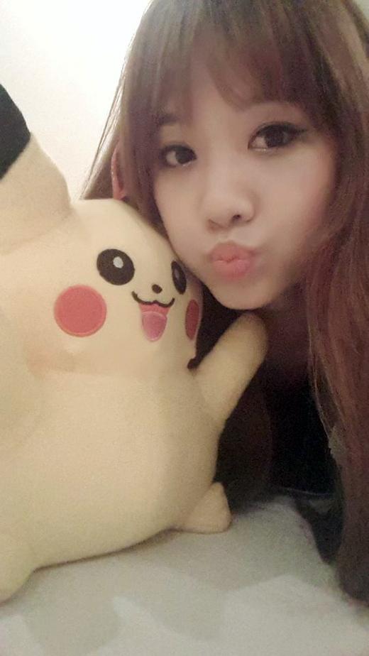 Hari Won nhí nhảnh tạo dáng thật giống chú Pikachu trong tay mình. Cô nàng chia sẻ đây là món quà mình thắng được trong một trò chơi ở hội chợ tối qua. Cảm thấy khá tự hào vì chỉ trong một lần chơi Hari đã trúng được quà xinh, cô nàng ngay lập tức khoe với các fan của mình.