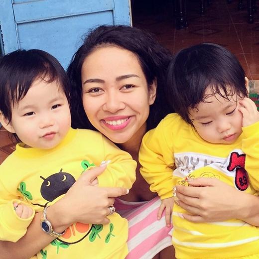 Thảo Trang tươi tắn, hạnh phúc ôm trọn 2 đứa cháu kháu khỉnh trong tay mình. Cô nàng than thở rằng: 'Làm O của quá trời cháu rồi, già rồi.'
