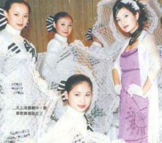 Tôn Lệ (ngoài cùng trái) múa phụ họa cho Triệu Vy